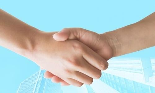 転職エージェントが握手するイメージ