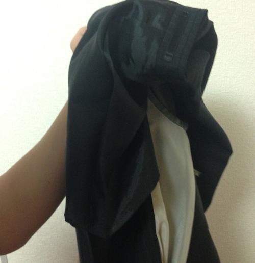 スーツの肩部分を裏返す2