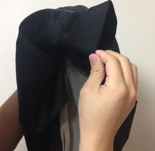 スーツの上襟を伸ばす