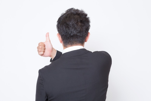 おすすめの転職サイト教えてあげると後ろ姿のナイスガイ