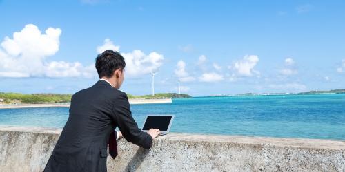 海辺で転職サイトを検索中の男