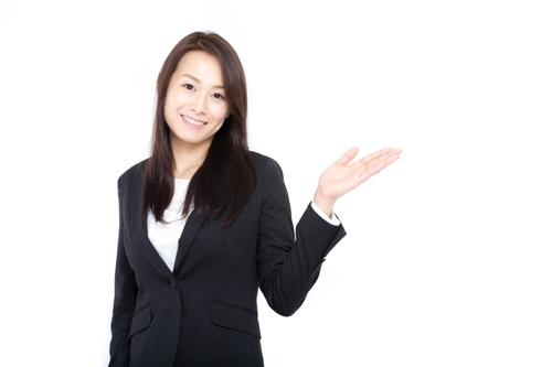 転職エージェントの質問に答えるガール